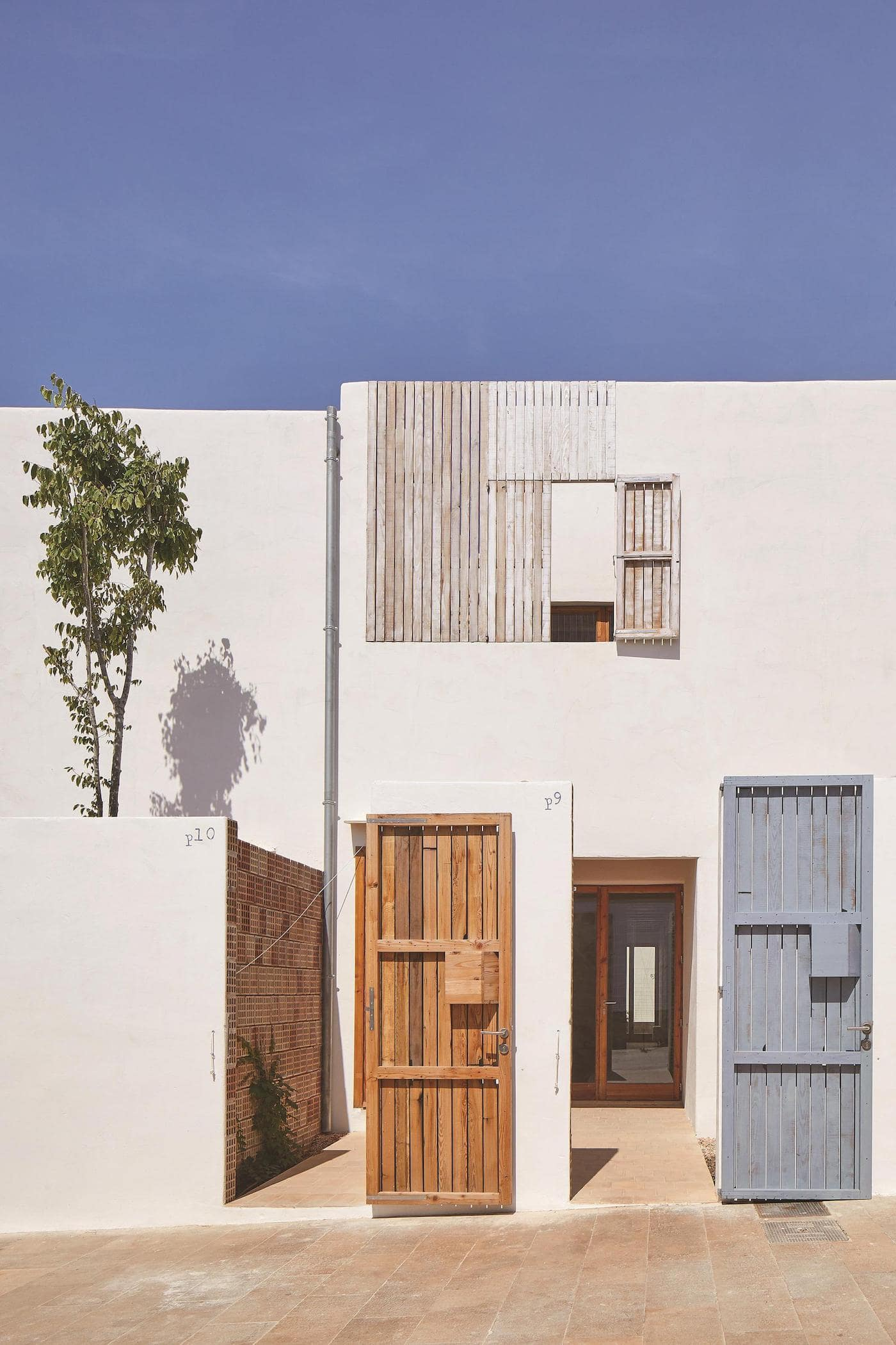 Lime concrete facade and recycled timber doors