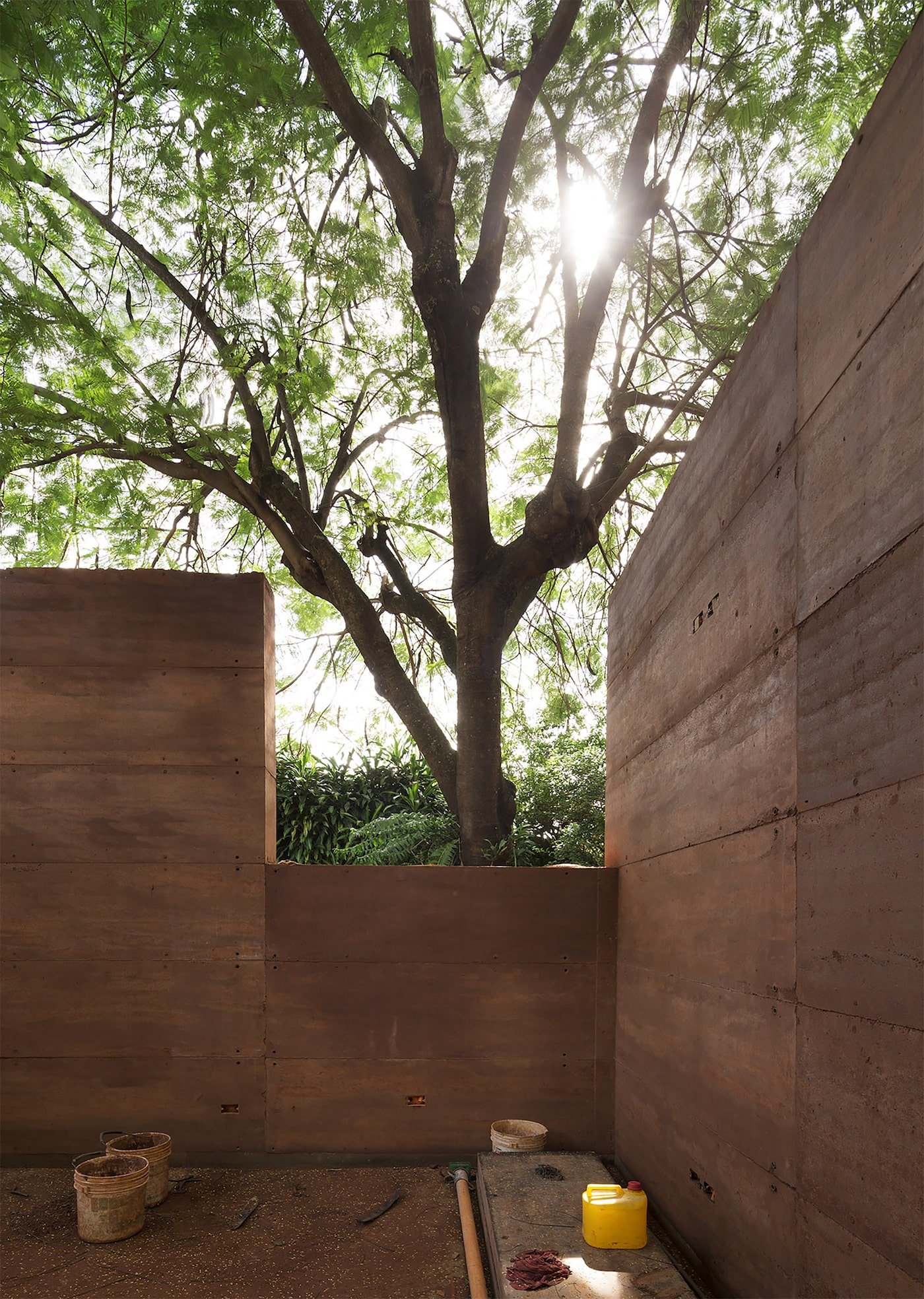 Construction of rammed earth building walls